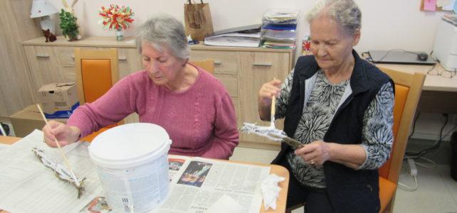 Seniorzy w trakcie zajęć …